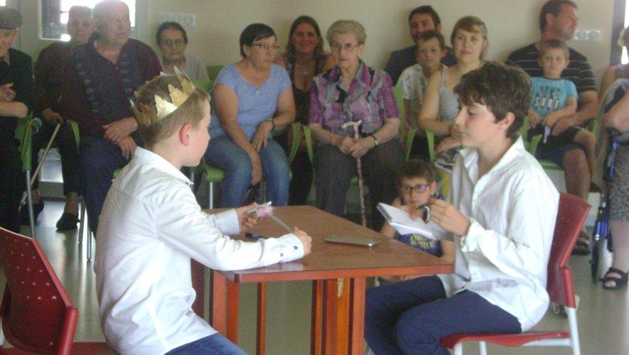Les enfants du club de théâtre en représentation chez les Aînés
