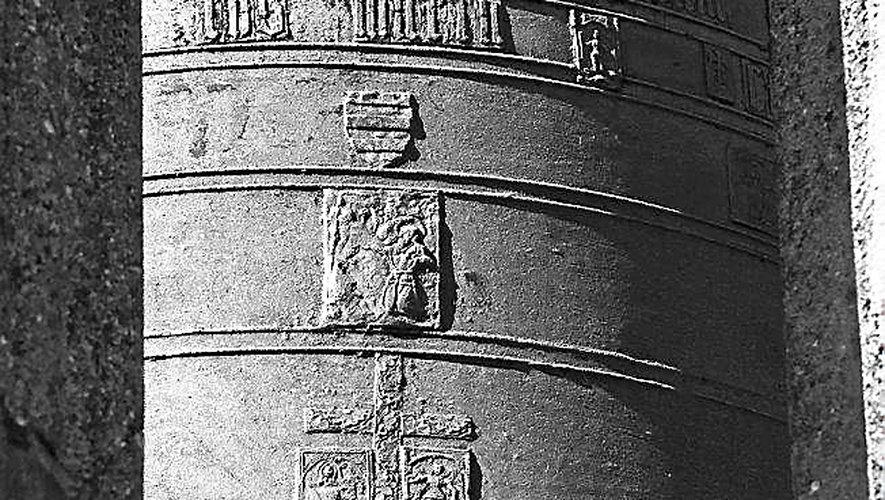 « Une seule cloche de l'époque des bâtisseurs du clocher de la cathédrale et fondue en 1523, demeure encore, immobilisée aujourd'hui dans le lanternon sommital. Elle est ornée de médaillons en relief dont une représentation de saint François d'Assise recevant les stigmates, auquel François d'Estaing était très attaché ».