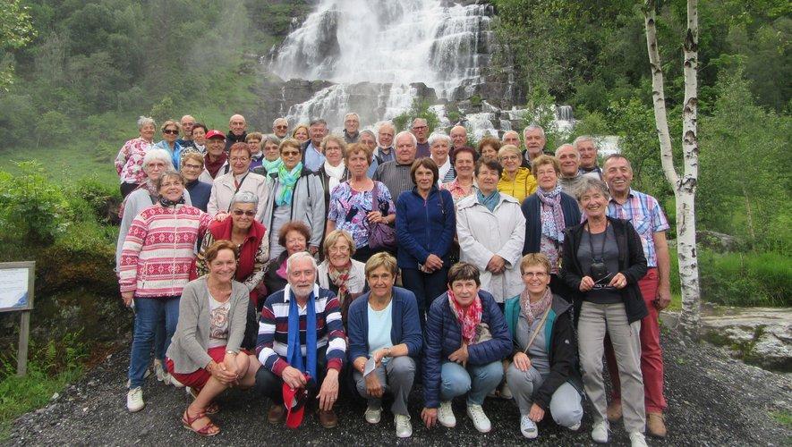 Les participants devant la cascadede Voringfors.