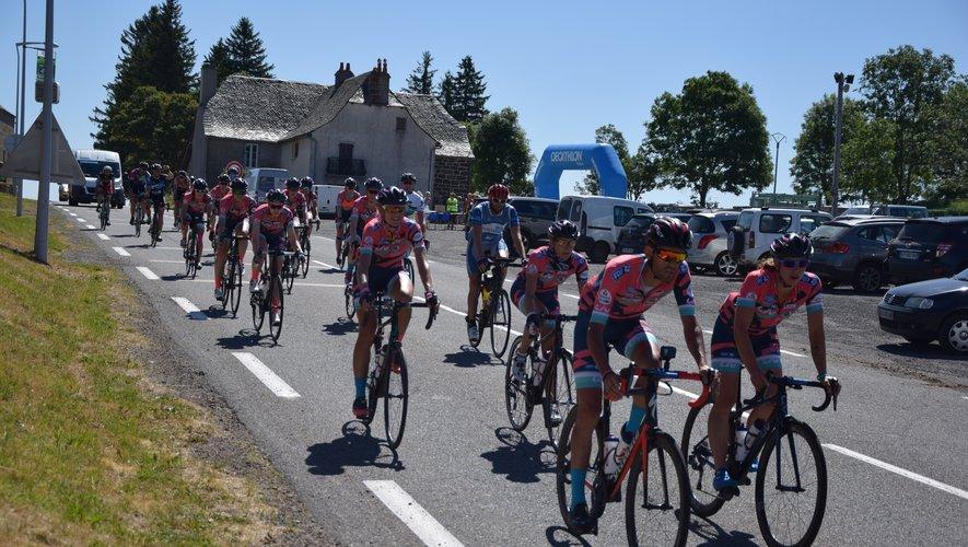 """Des coureurs ont profité de """"L'Echappée Verte"""" pour voir la vie en rose en traversant Lacalm sur l'Aubrac."""