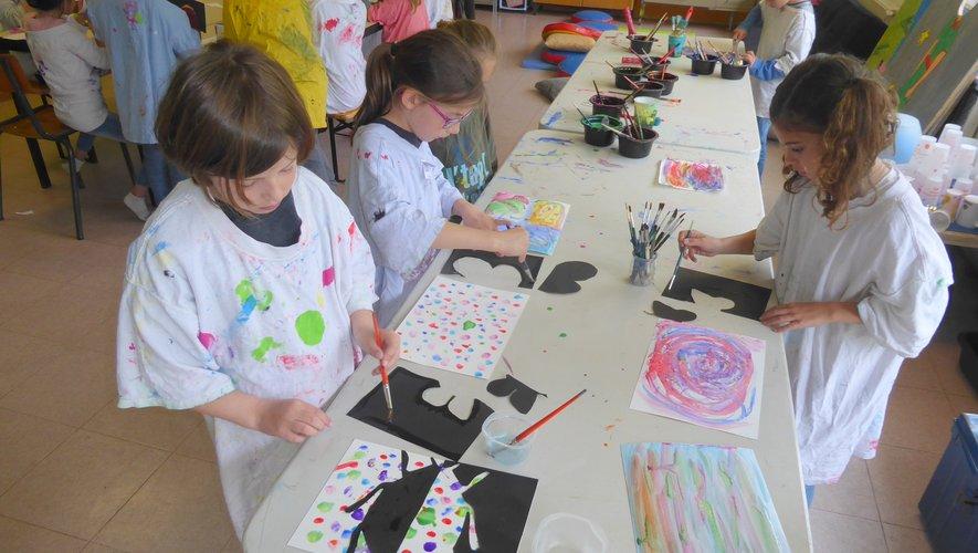 Les enfants lors d'un atelier peinture, découpage.