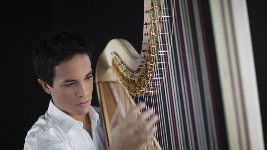 Emmanuel Ceysson : jeune et bel artiste à la harpe.