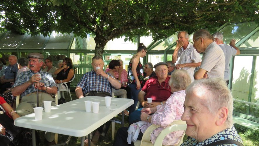 L'apérif musical a rassemblé les résidants et leurs familles dans le jardin.