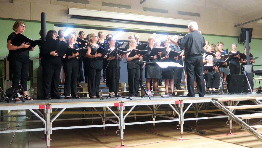 Le chef de chœur Gilles Montagnan dirige les choristes.