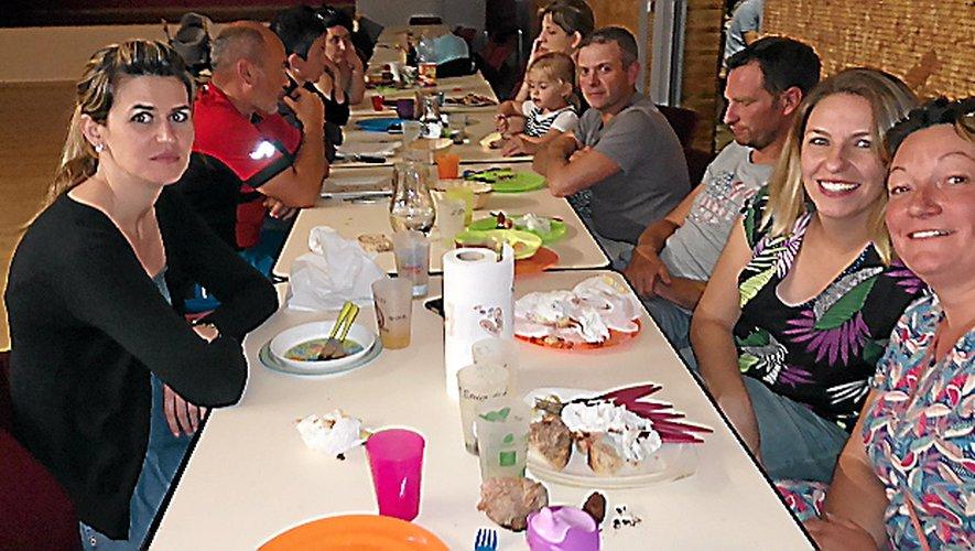 Le repas de fin d'année est l'occasion de partager de bons moments entre parents d'élèves.