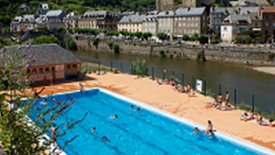 La piscine est située face au château.