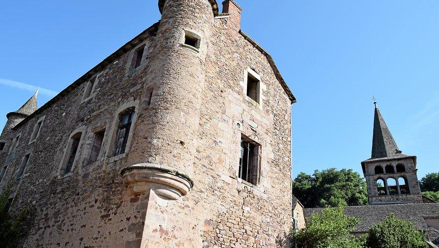 Après Rodez, le GR62b suit la rivière Aveyron qui a donné son nom au département.Elle a creusé des gorges profondes et serpente dans une vallée étroite et profonde, dominée par des villages très pittoresques : Ampiac, Belcastel, Mirabel, Prévinquières.
