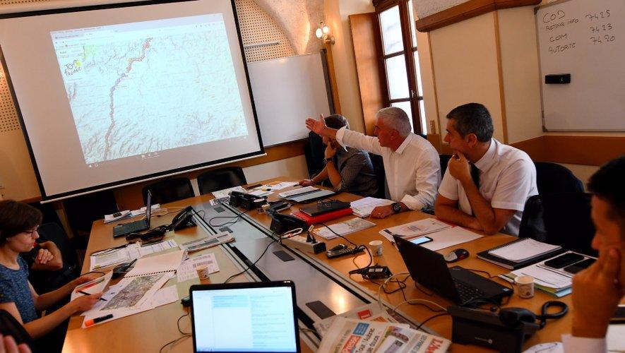 Devant la carte qui suit en temps réel la progression du Tour en Aveyron, les services de l'Etat sont particulièrement vigilants depuis ce lundi matin.