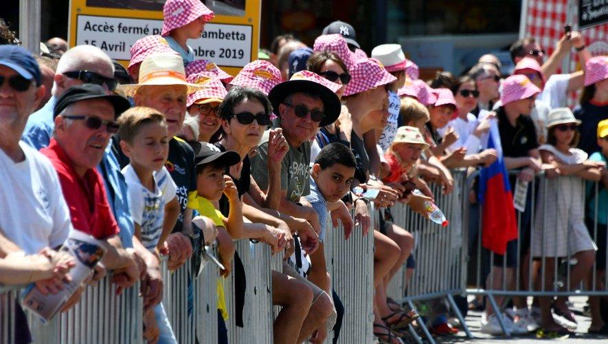 La foule massée place d'Armes pour attendre la caravane.