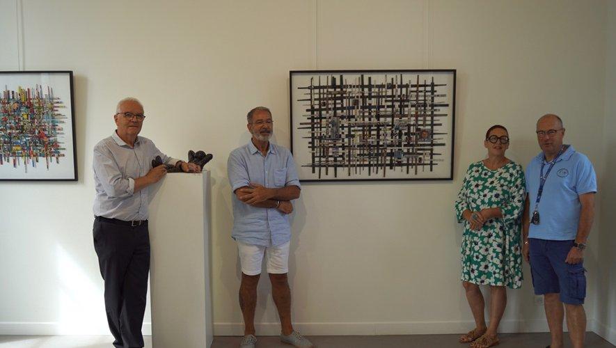 Le maire, Jean Consentino, Christine Barrès et Robert Costesdevant une des œuvres.