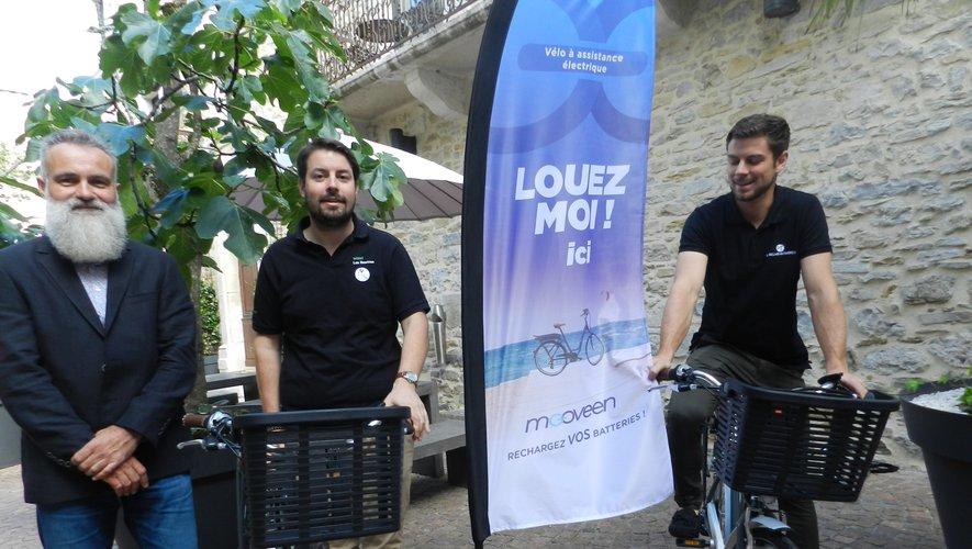 Hugues Albouy, Romain Boulliard et Jonathen Gelebart présentent les vélos.