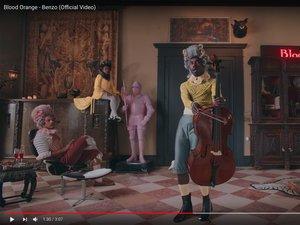 """Blood Orange dans son nouveau clip """"Benzo""""."""
