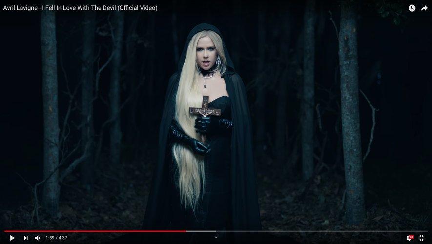 "Avril Lavigne dans son dernier clip ""I Fell In Love With The Devil""."