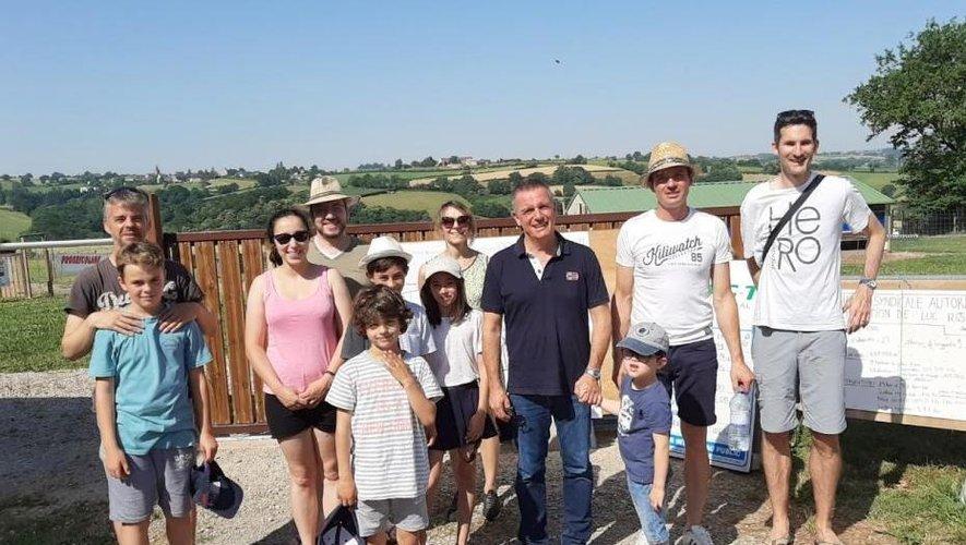 Nicolas Vacquier aux côtés du maire Jean-Philippe Sadoul, entouré de quelques participants, lors de la journée à la ferme.