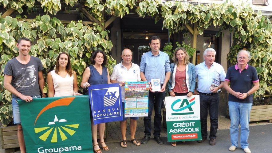 Robert Costes et Damien Viguier entourés des élus et des représentants de la Banque Populaire, Groupama et le Crédit Agricole, partenaires du club Prestige.