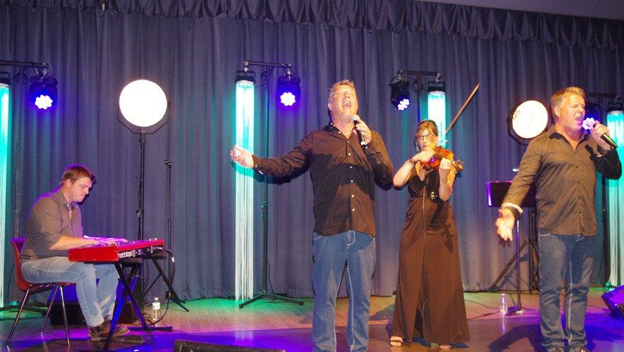Chanteurs et musiciens sur scène.
