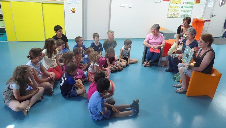 Les bénévoles et les enfants lors d'un temps de lecture.