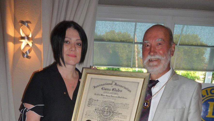 Sylvie Roquejoffre a remis à Paul Gayral la charte du club service pour l'année à venir.