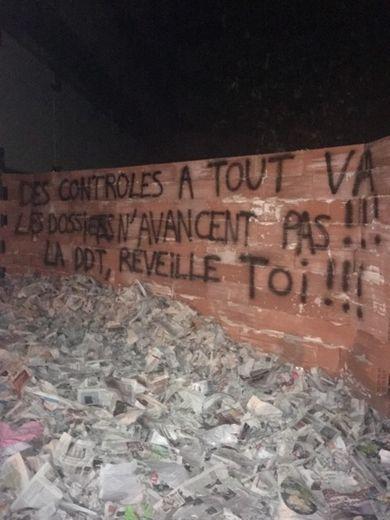 Les agriculteurs ont muré l'entrée de la DDT à Rodez, mercredi 17 juillet dans la soirée.