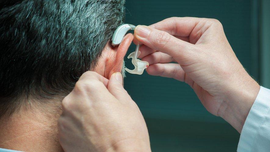 Le port des prothèses auditives pourrait aussi prévenir la démence sénile.