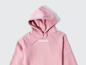 Ce sweatshirt figure parmi les produits dérivés de la marque de cosmétiques Glossier