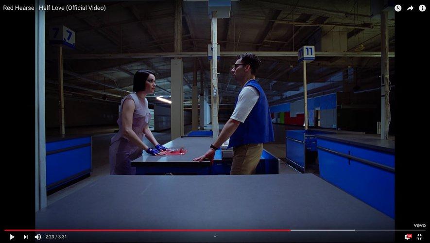 """St. Vincent joue le rôle principal du clip """"Half Love"""" de Red Hearse"""