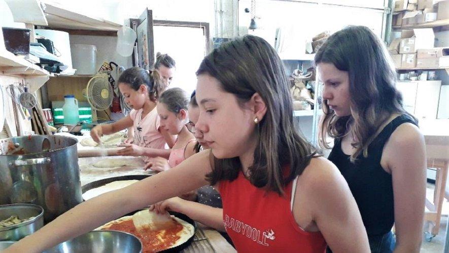 Les jeunes ont appris à confectionner des pizzas, le plat le plus consommé par les Français...