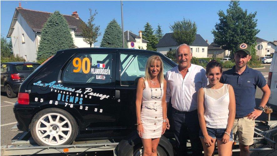Antoine Blanc et Marie Pelamourgues aux côtés de Thierry Roca et Régine Flaujac devant leur Peugeot 106.