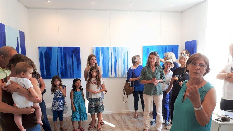 Suzanne Lafarguette (à droite sur la photo) explique son art lors du vernissage. Exposition visible tous les après-midis de juillet à Trame d'Arts.
