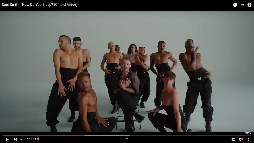 """Sam Smith montre ses talents de danseur dans le clip de """"How Do You Sleep?"""""""