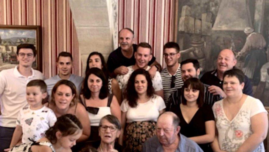 Andrée et Marcel Bonnieux entourés de leur famille.