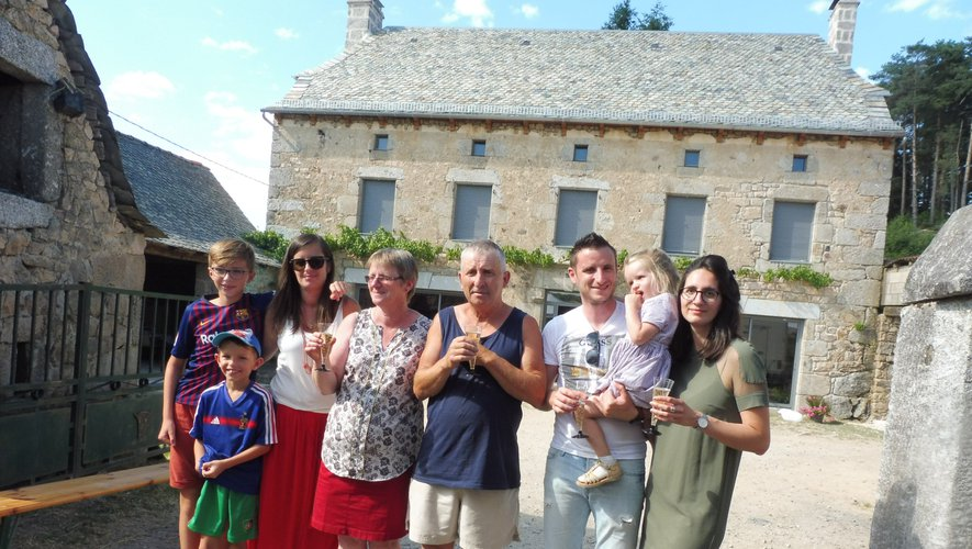 La famille Rouchès devant la maison refaite à neuf.