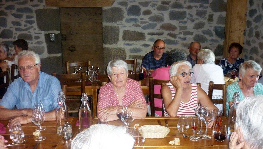 Accueil chaleureux au buron du Couderc autour d'un bon repas.