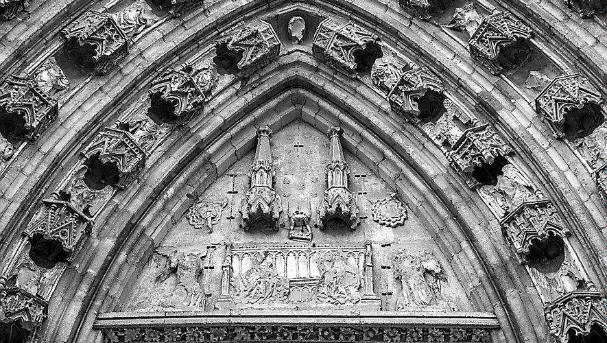 « Un dénommé André Corchan, artiste pourtant de son état, martelait méticuleusement le décor du tympan. Mille éclats de statues sur le sol : mains jointes, visages et têtes couronnées, fragments d'ailes, corps en miettes de calcaire, crissant sous les pas furieux. »