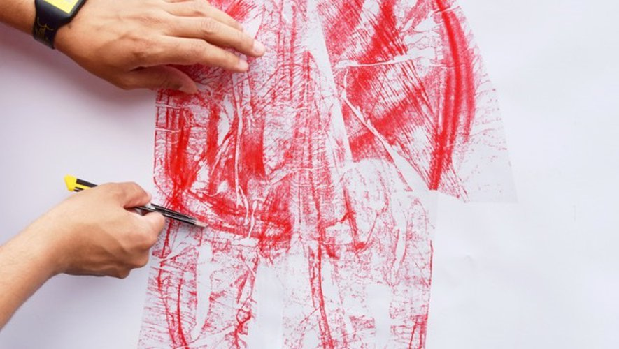 Petit bout par petit bout, Nicolas Lacombe, artiste ruthénois installé à Toulouse depuis deux décennies, découpe le scotch, prélève l'encre de papiers colorés, puis couche le scotch teinté sur le papier. Tache par tache, il construit une image, accumule par endroit pour saturer la couleur. Petit bout par petit bout.