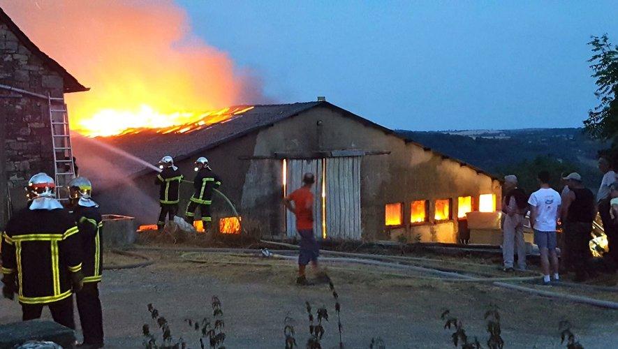 Les sapeurs-pompiers ont travaillé toute la nuit à protéger les autres bâtiments.