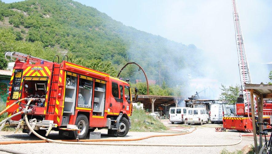 Les pompiers à pied d'oeuvre pour maîtriser l'incendie au Jardin du Chayran.