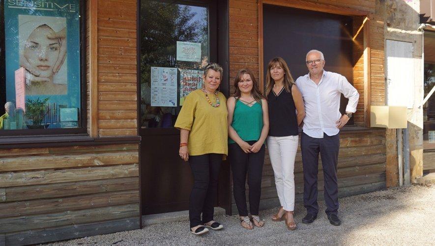 Nadine, Margaux et Jean-Luc Calmelly (maire) à côté du laboratoire.