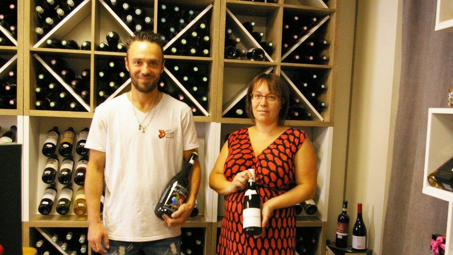 Christophe avec sa bouteille de bière et Aurore avec sa bouteille de vin.