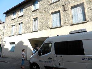 Les services de gendarmerie devant l'immeuble de la rue Emilie de Rodat où vivait, au rez-de-chaussée, Bernard Foursac.