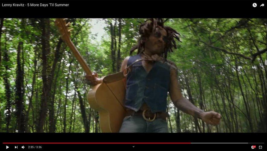 "Lenny Kravitz dans son dernier clip ""5 More Days 'Til Summer""."