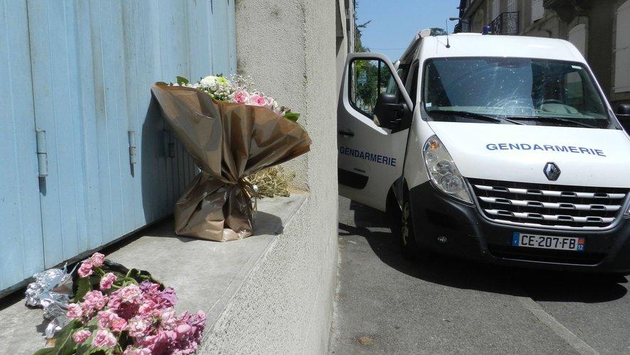 Des fleurs ont été déposés sur le rebord de la fenêtre de l'appartement de Bernard Foursac, alors que les techniciens en investigation criminelle de la gendarmerie étaient revenus sur les lieux