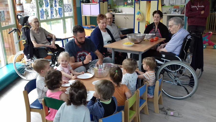 Enfants et résidents réunis pour  un repas intergénérationnel.