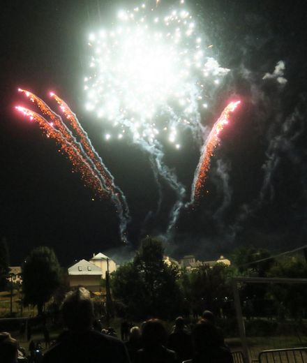 Le magnifique feu d'artifice offert a animé le ciel illuminant tout le bas du village.