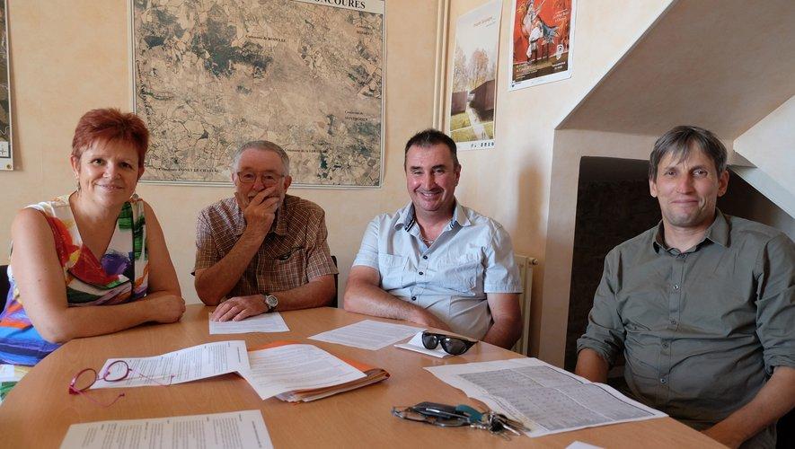 Florence Cayla, maire, J Claude Viguié adjoint, Marc Guitard, président du foot, Michel Arnal adjoint, présentaient le projet à la presse.