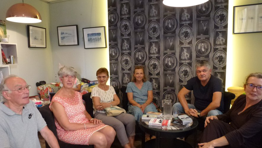 Michel Moatti entouré de Sylvie Lacan et de lecteurs.