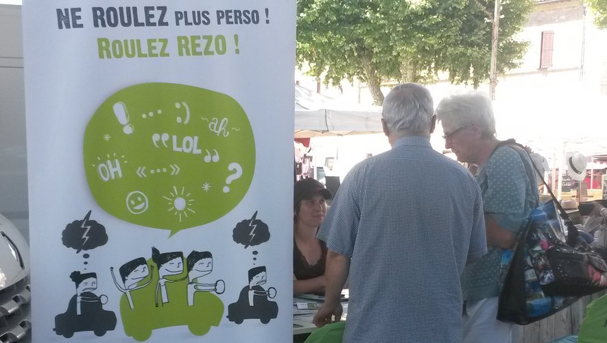 Séquence information au public avec les ambassadrices de Rezo Pouce sur le marché de Decazeville.