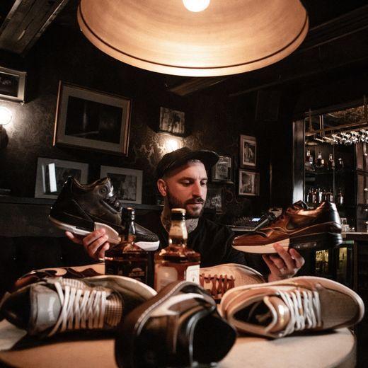 """Dominic """"The Shoe Surgeon"""" Chambrone continue de bouleverser l'univers des sneakers en dévoilant sept nouveaux prototypes inspirés par Jack Daniel's au ComplexCon de Chicago."""
