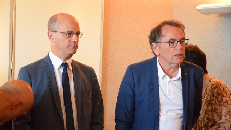 Christian Teyssè et le ministre ont prononcé chacun un discours de courtoisie, avant de signer le livre d'or de Rodez.