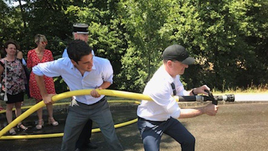 Le ministre à la manoeuvre auprès des jeunes et des sapeurs-pompiers.